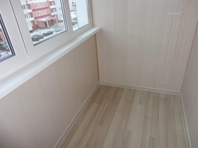 отделка балкона зеркальным пластиком